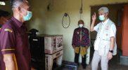 Gubernur Jawa Tengah, Ganjar Pranowo menemukan fakta yang mengejutkan saat mengecek pembangkit listrik di Pulau Parang, Ganjar menemukan ratusan baterai mati sehingga mengganggu pasokan listrik di wilayah terluar Jawa Tengah. (Foto: Humas Jateng)
