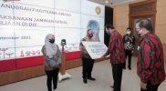 Gubernur DIY Sri Sultan Hamengku Buwono X secara simbolis menerima penghargaan predikat Terbaik I untuk kategori Pemerintah Provinsi Paritrana Award 2020. (Foto: Humas Pemda DIY)