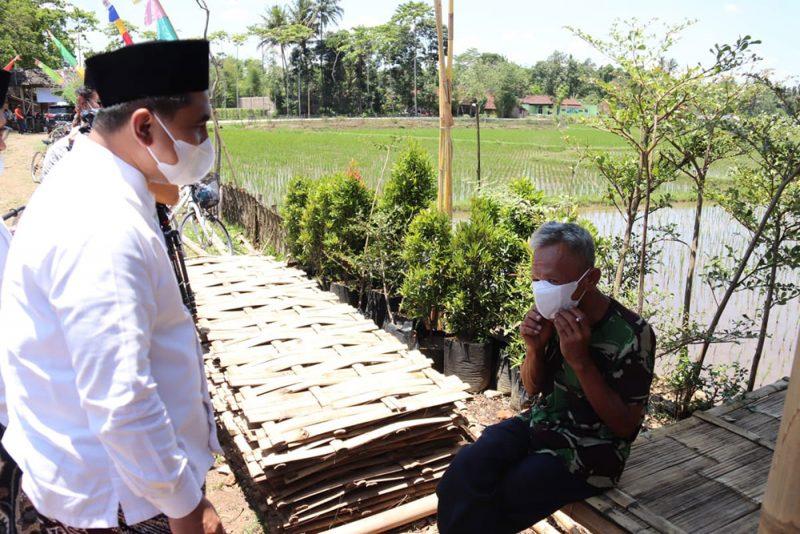 Gus Yasin saat berbincang dengan Rofik, Warga Dusun Candikidul, Desa Candirejo. (Foto: Humas Jateng)