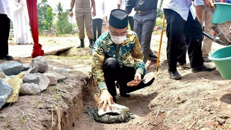 Bupati Bantul H. Abdul Halim Muslih melakukan peletakan batu pertama pembangunan masjid masjid Al-Hakim di Prangwedanan, Potorono, Banguntapan. (Foto: Humas Kab Bantul)