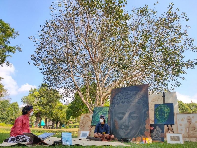 Pelukis Borobudur Easting Medi, dengan karyanya yang terinspirasi pohon Bodhi yang ada di komplek Taman Wisata Candi Borobudur. (Foto: Humas/beritamagelang)