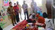 Bupati Kudus HM Hartopo saat mengunjungi perpustakaan daerah di Desa Tumpangkrasak dan Loram Wetan. (Foto: Diskominfo Kudus)