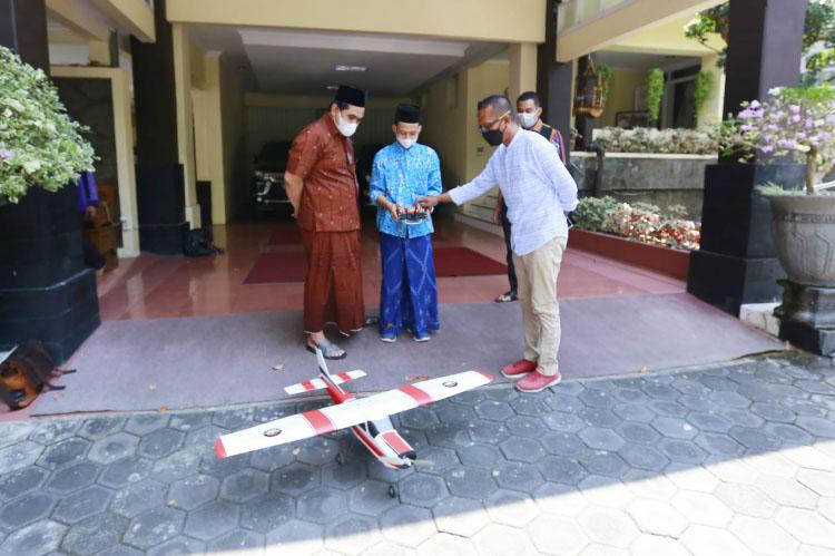 Gus Yasin mengapresiasi kreativitas para santri Pondok Pesantren Al Ma'wa Kendal, yang mampu memproduksi berbagai jenis pesawat aeromodeling. (Foto: Humas Jateng)