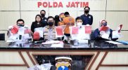 Kabid Humas Polda Jatim, Kombes Pol Gatot Repli Handoko, didampingi Kasubdit II Ditresnarkoba Kompol James, saat merilis hasil ungkap Narkotika jenis Sabu jaringan Malaysia. (Foto: MC Prov Jatim)