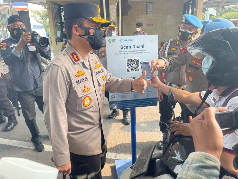 Kapolda Jawa Timur, Irjen Pol Nico Afinta, didampingi Wakapolda Jatim, Brigjen Pol Slamet Hadi Supraptoyo, turun langsung melakukan pengecekan di pos penjagaan. (Foto:MC Diskominfo Prov Jatim)