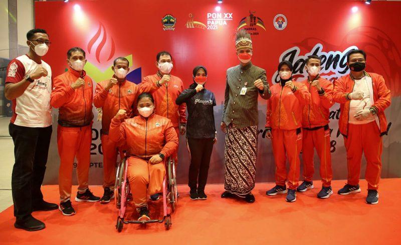 Ganjar Pranowo bersama para atlet yang akan bertanding di Pekan Olahraga Nasional (PON) XX dan Peparnas XVI di Provinsi Papua. (Foto: Diskominfo Jateng)