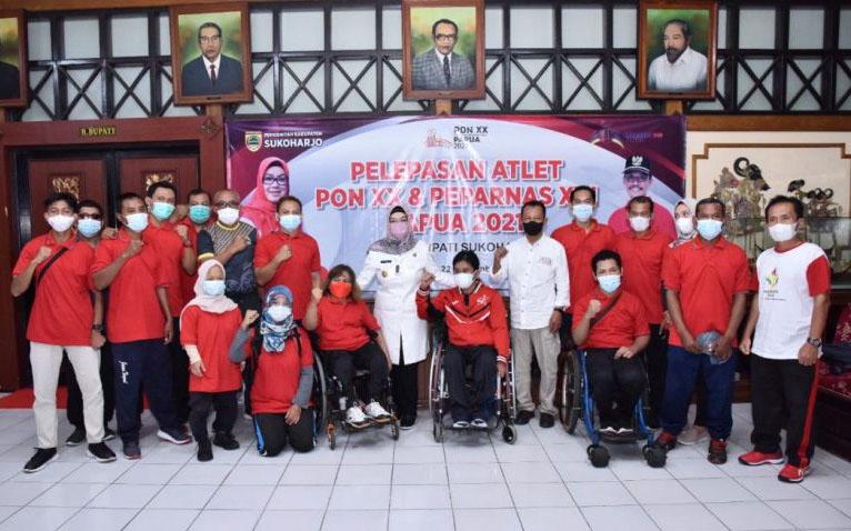 Atlet dan pelatih Kabupaten Sukoharjo yang akan berlaga di PON XX Papua serta Pekan Paralimpik Nasional (Peparnas) berpamitan dengan Bupati Etik Suryani. (Foto: Diskominfo Sukoharjo)