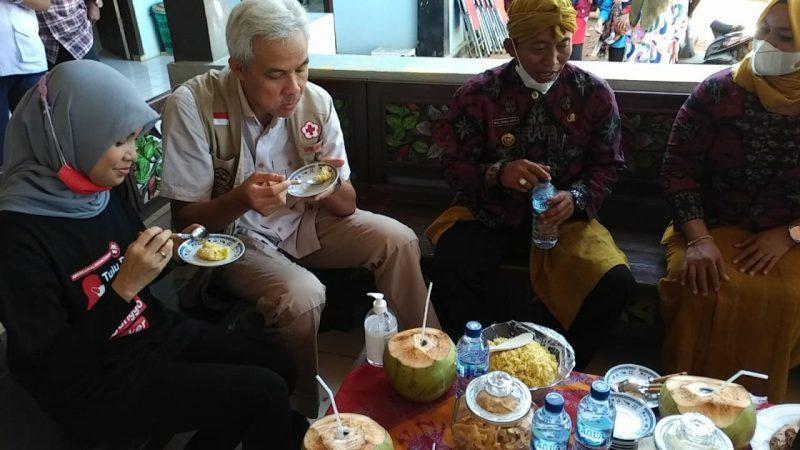 Ganjar Pranowo dan istri menikmati suguhan makanan khas Pulau Parang, Pong Blosok. (Foto: Humas Jateng)