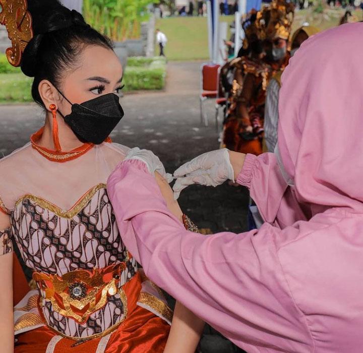 Vaksinasi yang digelar alumni AKPOL angkatan 1995 eks yon Patriatama di halaman parkir Unit Teater dan Pentas Ramayana Prambanan. (Foto: media_twc)