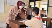 Etik Suryani, saat memantau pelaksanaan Pembelajaran Tatap Muka (PTM) terbatas. (Foto: Humas Pemkab Sukoharjo)