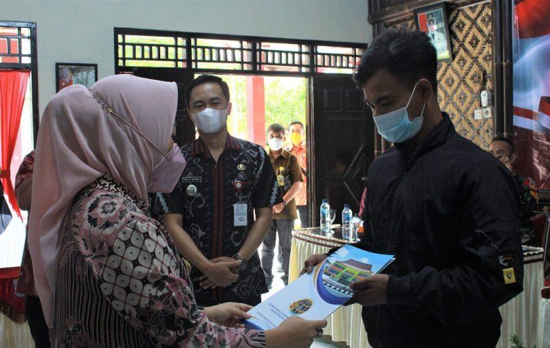 Bupati Dyah Hayuning Pratiwi secara simbolis menyerahkan sertifikat tanah kepada masyarakat lewat program Pendaftaran Tanah Sistematis Lengkap (PTSL) Tahun 2021. (Foto: Humas Purbalingga)