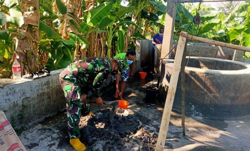 Anggota TNI dan warga gotongroyong merehab MCK Dk. Majasto. (Foto: Humas Sukoharjo)