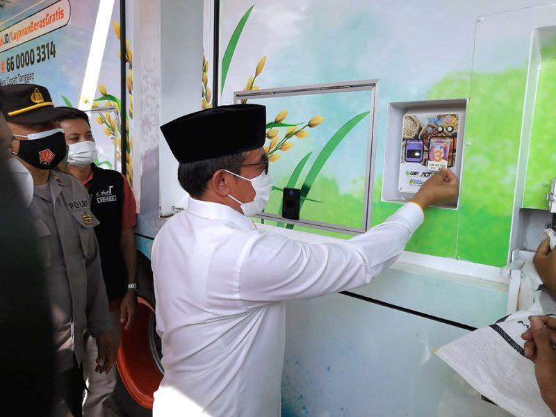 Wakil Wali Kota Salatiga Muh Haris mencoba menempelkan kartu ATM beras yang berisi saldo tiga kilogram dan lima kilogram beras di Rice Truck. (Foto: Diskominfo Salatiga)