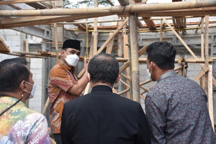 Wakil Gubernur Jawa Tengah, Taj Yasin Maimoen, saat meninjau pembangunan rumah tahan gempa untuk masyarakat komunitas pengrajin gula. (Foto: Humas Jateng)