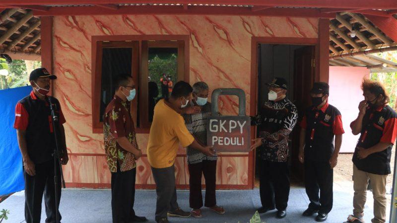 Bupati Kulonprogo menyerahkan secara simbolis rumah bantuan GKPY kepada Warji. (Foto: Humas Pemkab Kulonprogo)
