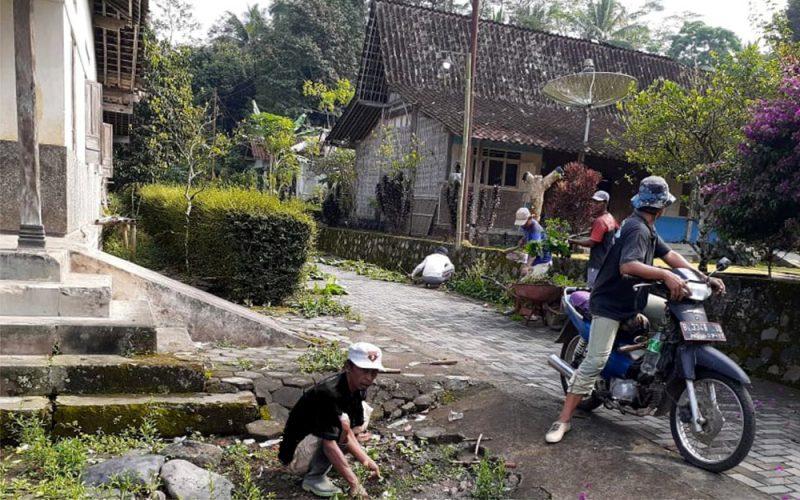 """Kerja bakti bertajuk """"Jumat Bersih"""" akan menjadi agenda rutin yang dilakukan Sahabat Ganjar Kabupaten Magelang. (Foto: Dokumentasi DPC Sahabat Ganjar)"""