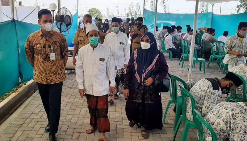 Bupati Kendal Dico M Ganinduto saat memantau pelaksanaan vaksinasi di Pondok Pesantren Apik Kaliwugu. (Foto: Diskominfo Kendal)