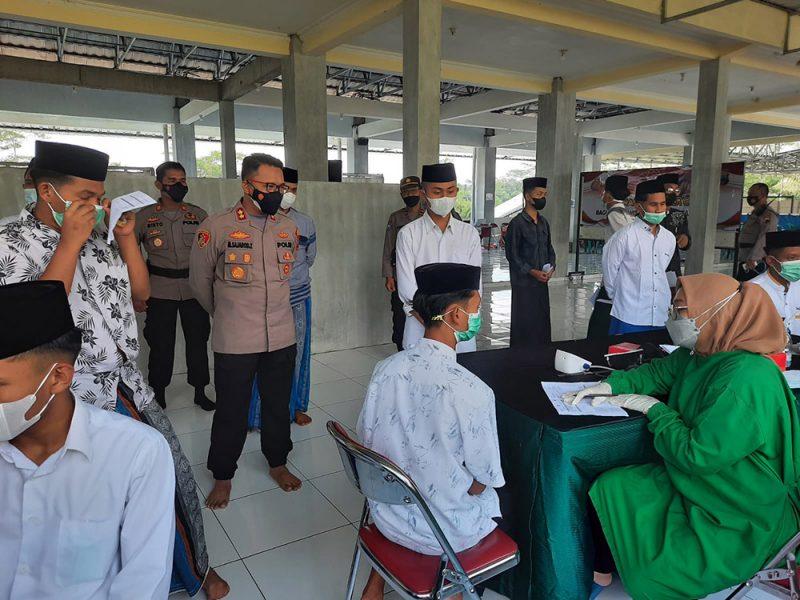 Sebanyak 6.000 santri di bawah Yayasan Syubbanul Wathon sudah divaksinasi Covid-19 melalui program Vaksinasi Merdeka Candi yang digelar Polres Magelang. (Foto: Humas/beritamagelang)