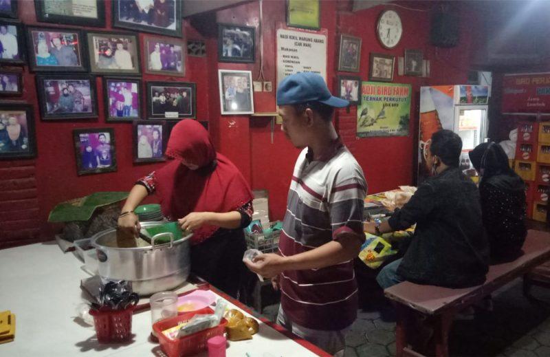 Warung sego kikil Mojosongo Jombang jadi ikon wisata kuliner. (Foto: Zainuri Arifin)