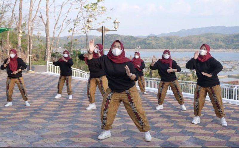 Perhimpunan istri-istri PNS Klaten memasyarakatkan olahraga dengan aksi senam ria di obyek wisata Bukit Sidoguro. (Foto: Humas Klaten)