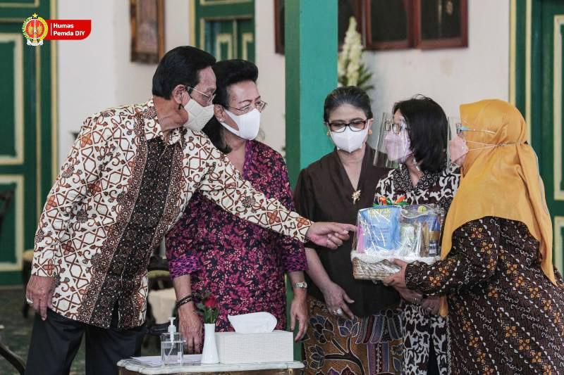 Sri Sultan melihat stand-stand UKM DIY yang berpartisipasi pada Gelaran SiBakul didampingi Kepala Dinas Koperasi dan UKM DIY, serta Kepala PT Pos Indonesia. (Foto: Humas Pemda DIY)
