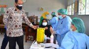 Heroe Poerwadi berbincang dengan tenaga medis vaksinasi Covid-19 di wilayah Kelurahan Bener. (Foto: Humas Pemkot Yogya)