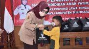 Bupati Sukoharjo, Etik Suryani menyerahkan bantuan sejumlah 192 paket tersebut secara simbolis kepada anak yatim. (Foto: Humas Kab Sukoharjo)