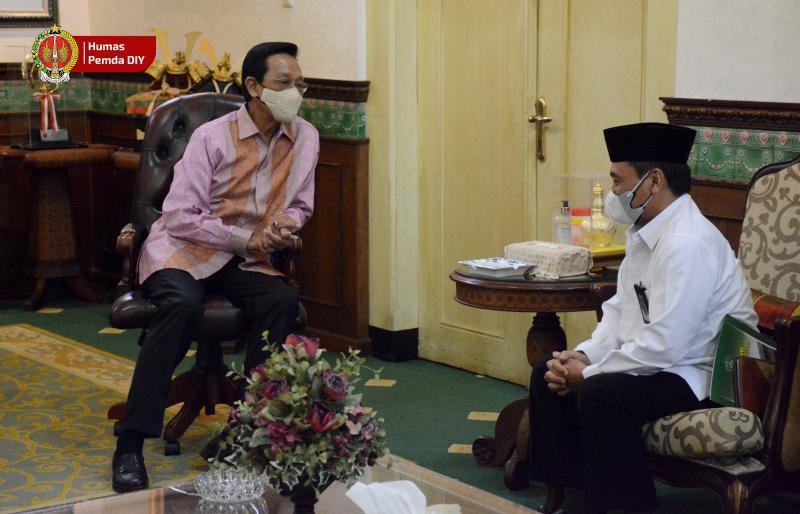 Sri Sultan HB X menerima audiensi Kepala Kantor Wilayah Kementerian Agama DIY yang baru, Dr. H. Masmin Afif, M.Ag. (Foto: Humas Pemda DIY)