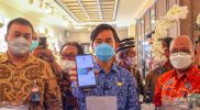 Gibran mengunjungi beberapa gerai batik di Kampung Batik Laweyan dan melakukan uji coba transaksi dengan menggunakan pembayaran nontunai. (Foto: Humas Pemkot Surakarta)
