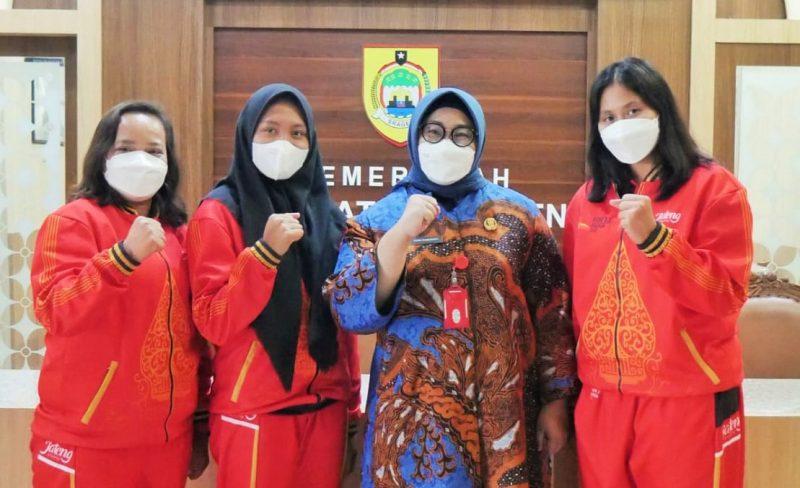 Bupati Sragen Kusdinar Untung Yuni Sukowati melepas dua atlet dan dua pelatih dari Kabupaten Sragen, yang tergabung dalam kontingen Jawa Tengah PON XX Papua. (Foto: Diskominfo Sragen)