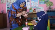 Bupati Yuni mengajarkan cara mencuci tangan yang benar kepada murid TK Pertiwi Sine 1. (Foto: Diskominfo Sragen)