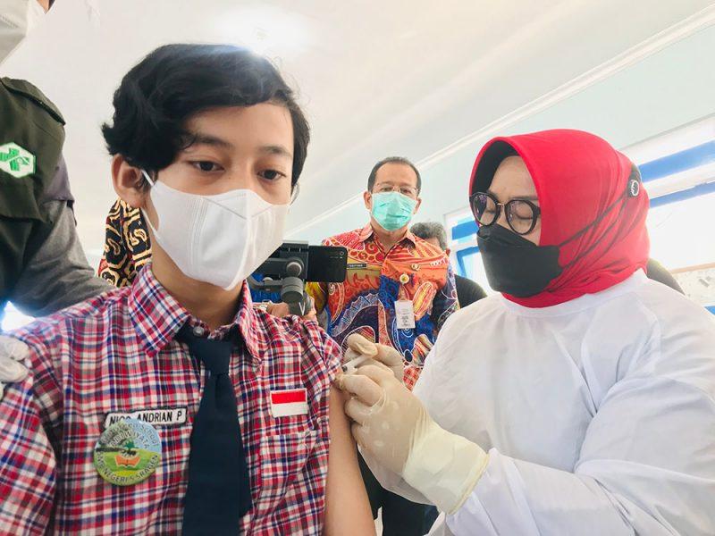 Bupati Sragen, dr. Kusdinar Untung Yuni Sukowati meninjau langsung pelaksanaan vaksinasi sekaligus menjadi vaksinator. (Foto: Diskominfo Sragen)