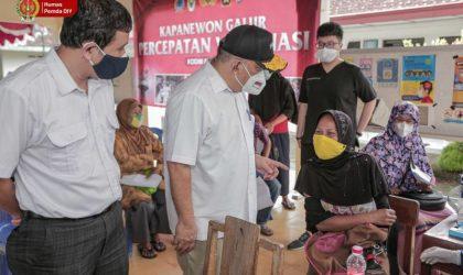 Paku Alam X saat meninjau pelaksanaan vaksinasi massal di Desa Karangsewu, Kecamatan Galur, Kulonprogo. (Foto: Humas Pemda DIY)