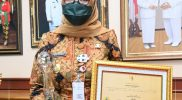 Bupati Sukoharjo, Etik Suryani dan penghargaan Pengelolaan JDIH Jawa Tengah. (Foto: Humas Sukoharjo)