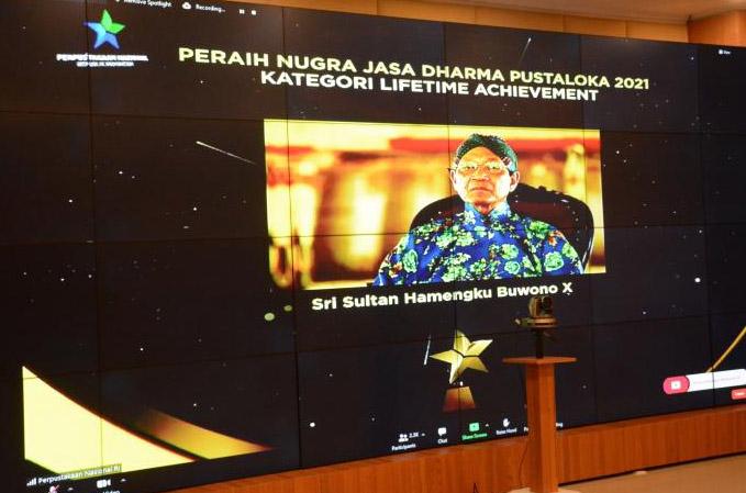 Selain penghargaan untuk Sri Sultan, Daerah Istimewa Yogyakarta juga menerima penghargaan sebagai Provinsi Pencapai Nilai Tingkat Kegemaran Membaca Tertinggi se-Indonesia Tahun 2021. (Foto: Humas Pemda DIY)