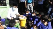 Bupati Temanggung HM Al Khadziq ajak siswa memilah sampah untuk menjaga lingkungan hidup. (Foto: Diskominfo Temanggung)