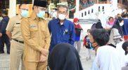 Bupati Temanggung, M Al Khadziq meninjau pelaksanaan vaksinasi di Omah Kebon. (Foto: Diskominfo Temanggung)