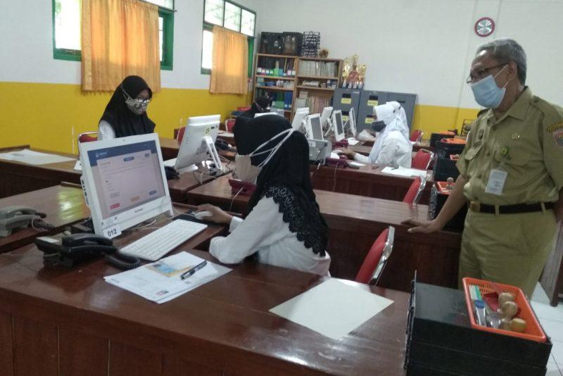 Bupati Kebumen, Arif Sugiyanto meninjau pelaksanaan Tes Kompetensi Calon PPPK. (Foto: Diskominfo Kebumen)