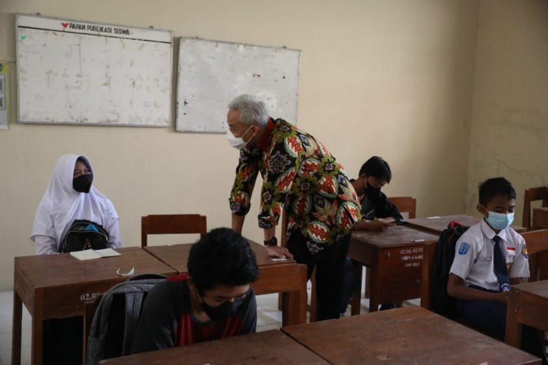 Ganjar Pranowo saat bertanya kepada Tiara Hanum Larasati, siswi SMP Negeri 3 Sawit, Boyolali. (Foto: Humas Jateng)