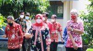 Bupati Klaten Sri Mulyani memimpin salah satu tim mengunjungi SDN 3 Klaten, SMPN 6 Klaten, dan SDN 1 Klaten. (Foto: Diskominfo Klaten)