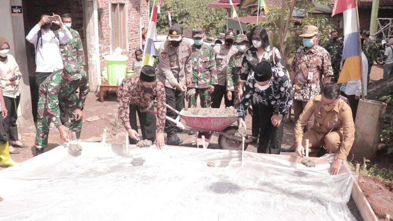 Progam TNI TMMD Sengkuyung Tahap III Tahun 2021 di Desa Kaloran, Kabupaten Temanggung, menargetkan betonisasi jalan sepanjang 1.050 meter. (Foto: Diskominfo Temanggung)