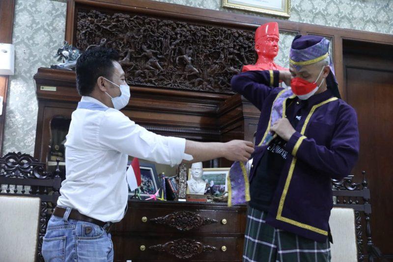 Ganjar Pranowo mencoba pakaian adat Tobelo. (Foto: Humas Jateng)