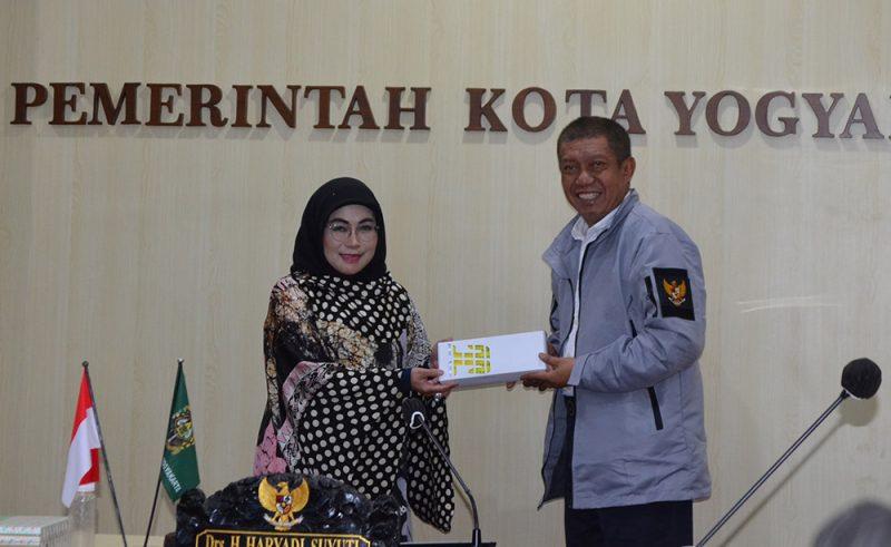 Walikota Haryadi menyerahkan gelang vaksin kepada Ketua Tim Penggerak PKK Kota Yogyakarta Tri Kirana Muslidatun. (Foto: Humas Pemkot Yogya)