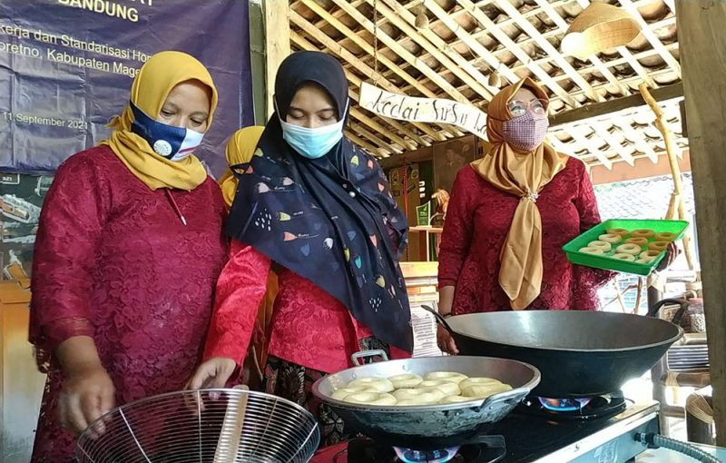 Edukasi membuat donat dari susu kambing dalam simulasi pembukaan wisata edukasi di Desa Ngargoretno Kecamatan Salaman. (Foto: Humas/beritamagelang)