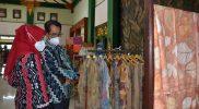 Kepala Dinas Perindustrian Koperasi dan UKM Kota Yogyakarta Tri Karyadi saat melihat produk IKM setempat. (Foto: Humas Pemkot Yogya)