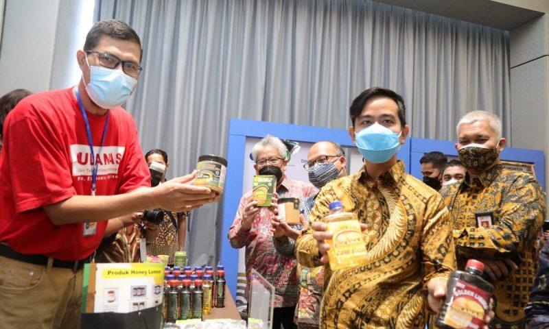 Gibran Rakabuming Raka dan Direktur Utama Bank BJB Yuddy Renaldi usai menandatangani Nota Kesepahaman kerja sama untuk mendongkrak UMKM. (Foto: Humas Pemkot Surakarta)