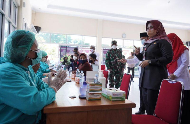 Bupati Klaten Sri Mulyani di sela–sela peninjauan Pencanangan Kecamatan Tuntas Vaksinasi, di Kantor Camat Kebonarum. (Foto:MC Klaten)