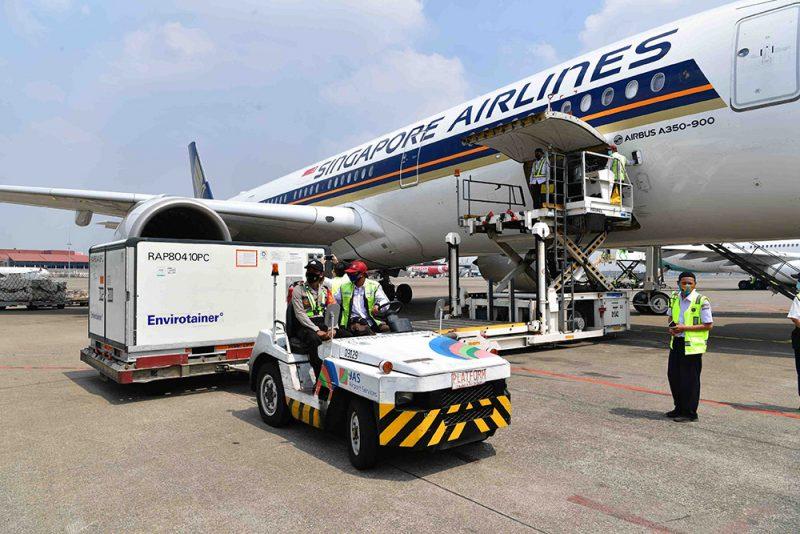 Kedatangan vaksin AstraZeneca diangkut menggunakan maskapai Singapore Airlines dengan nomor penerbangan SQ956, tiba di Bandara Soekarno-Hatta, Kamis (30/9/2021) pukul 10.47 WIB. (Foto: Amiri Yandi/InfoPublik)