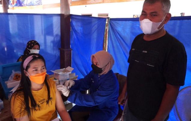 Kepala Desa Tegalgiri Ngateman (kanan) di sela kegiatan vaksinasi bagi 200 warganya. (Foto: Foto: Diskominfo Boyolali)