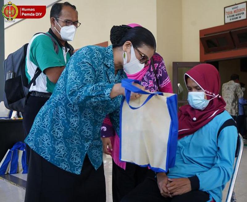 GKBRAy A. Paku Alam, Wakil Ketua Dewan Pembina PKK DIY saat meninjau pelaksanaan vaksinasi untuk disabilitas. (Foto: Humas Pemda DIY)